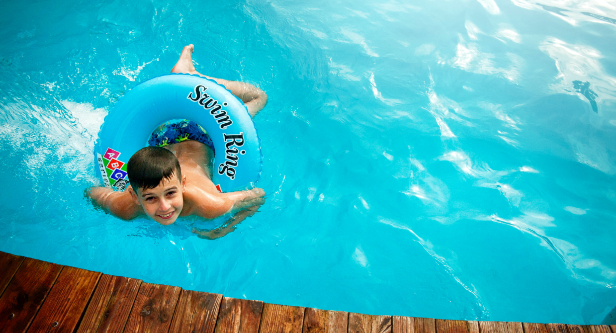 Kind spielt im Pool